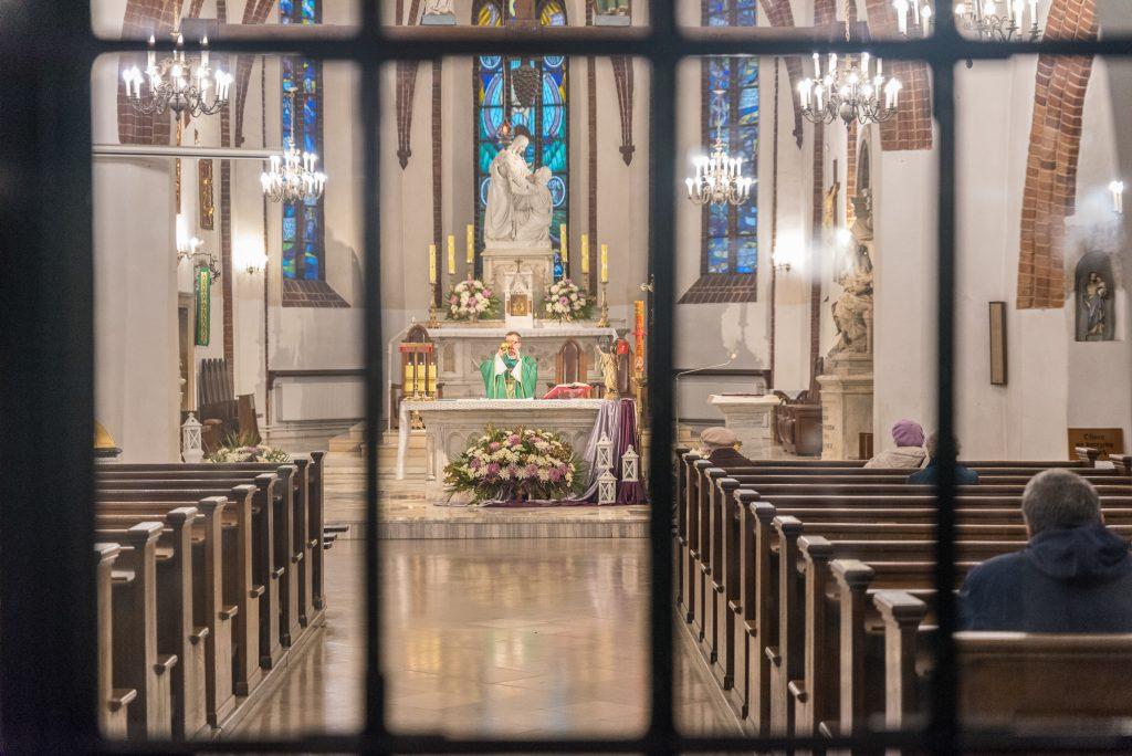 heilige Messe, Priester, Kirche