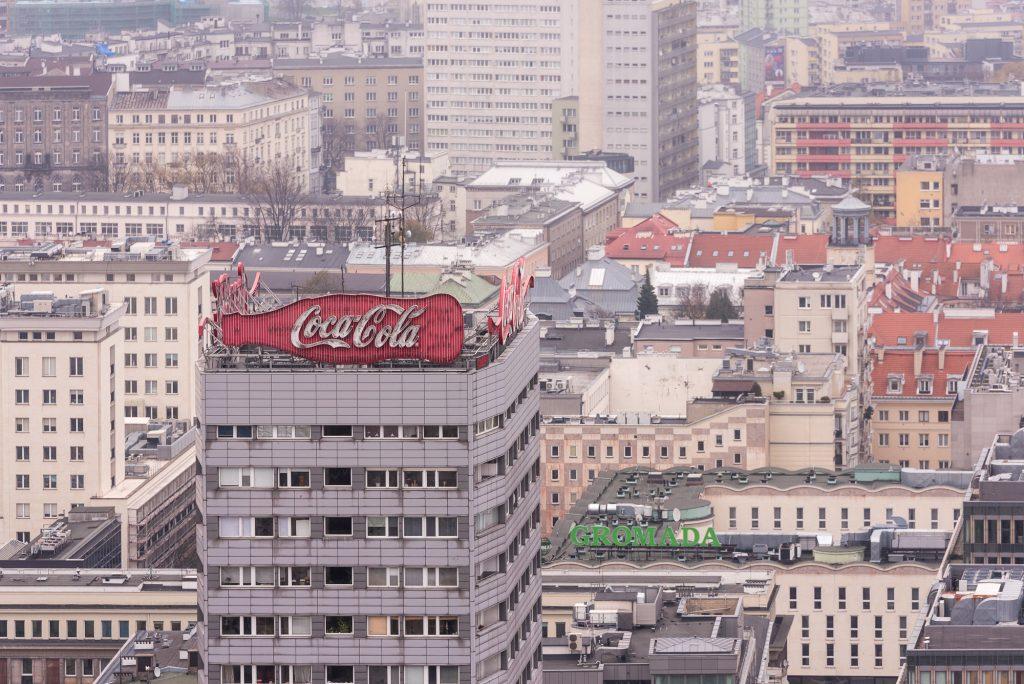 warschau von oben, Coca Cola Reklame am Dach eines Hochhauses