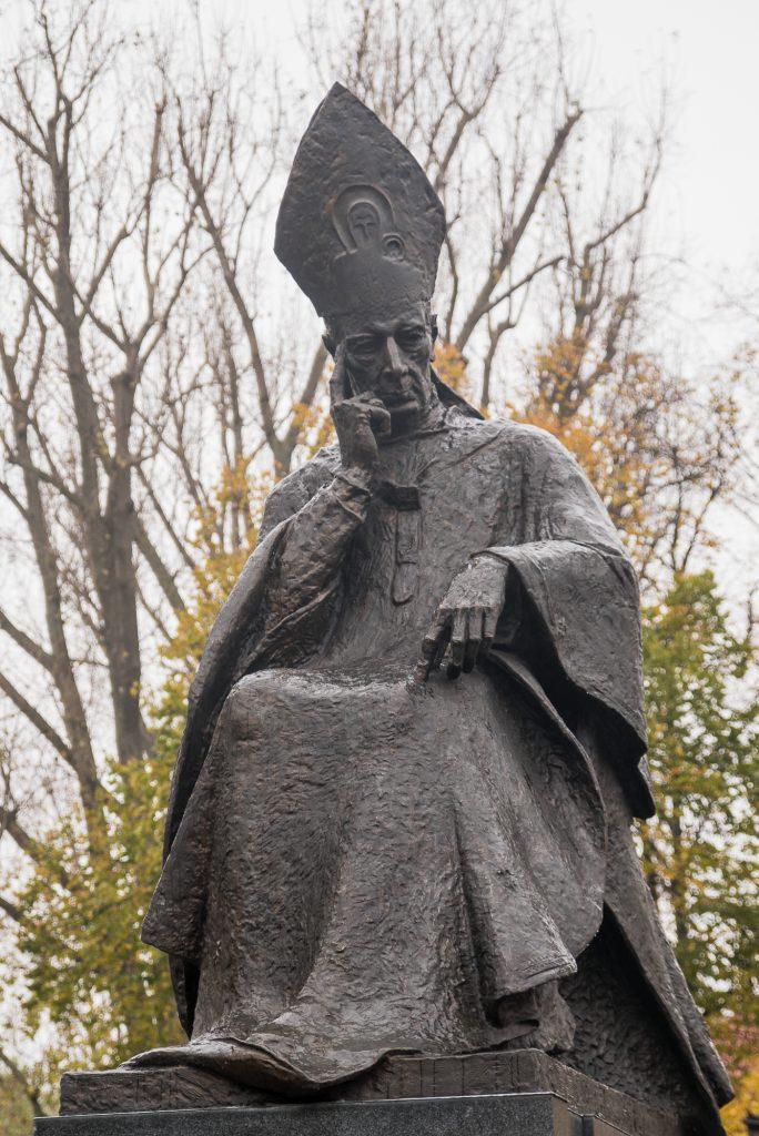 Statue von Kardinal Stefan Wyszynski vor der Kirche der Nonnen der Heimsuchung in Warschau