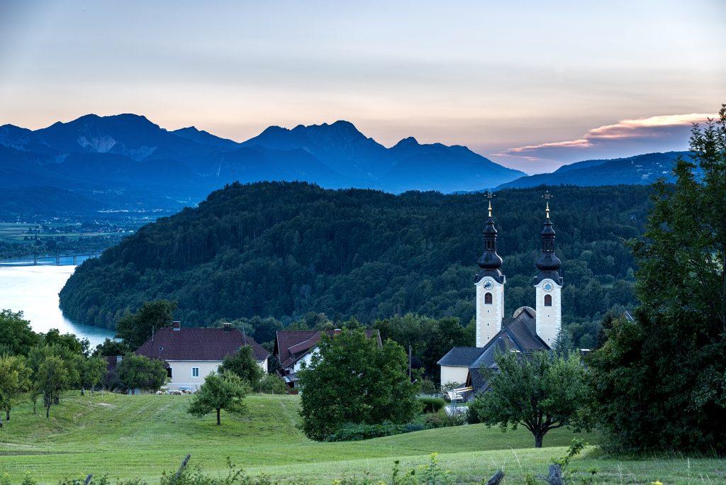 Landschaftsbild Maria Rain vor Bergkulisse